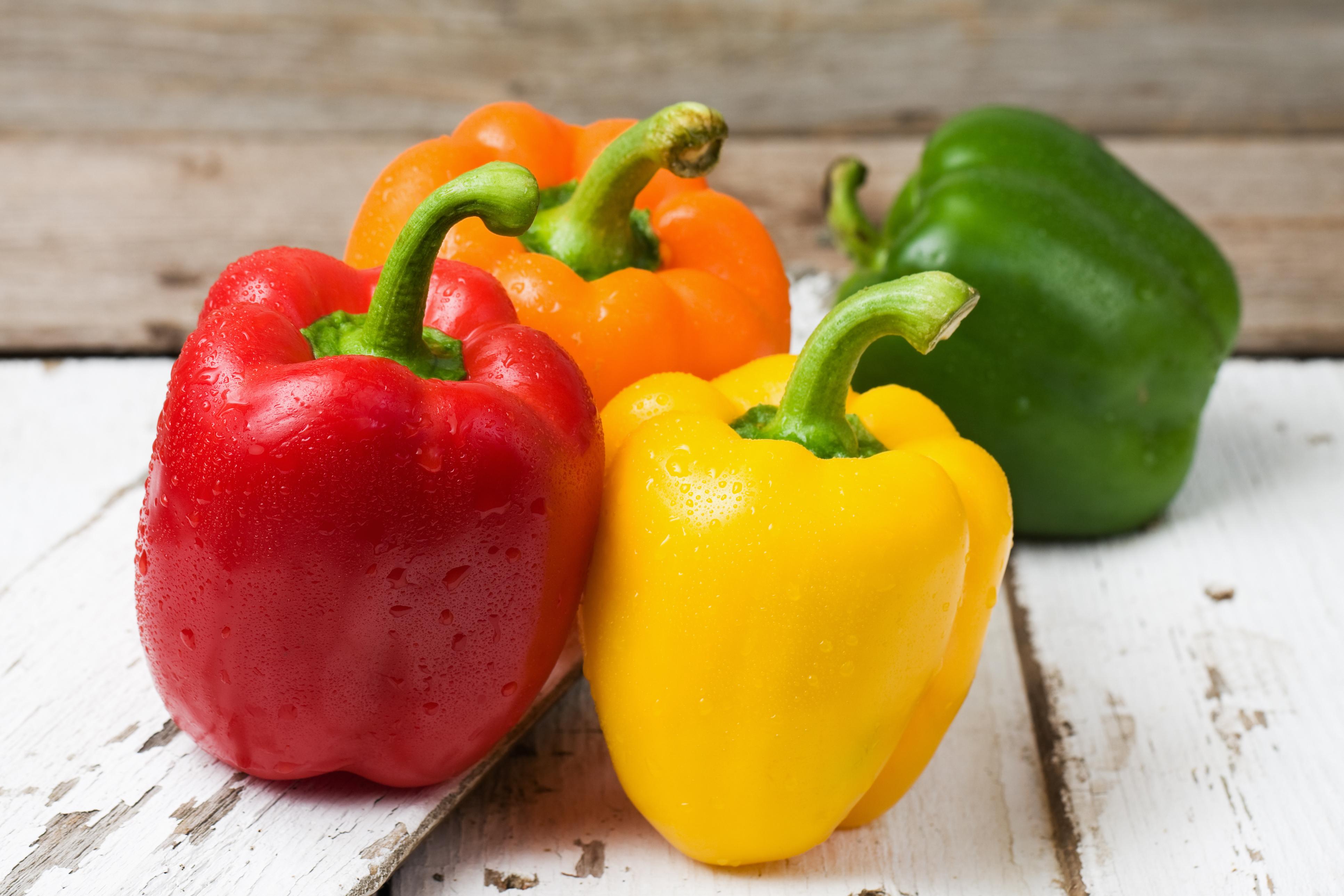 Nahaufnahme von Bio-Paprikafrüchten in Rot, Orange, Gelb und Grün
